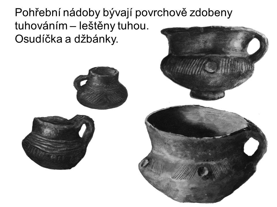 Pohřební nádoby bývají povrchově zdobeny tuhováním – leštěny tuhou. Osudíčka a džbánky.