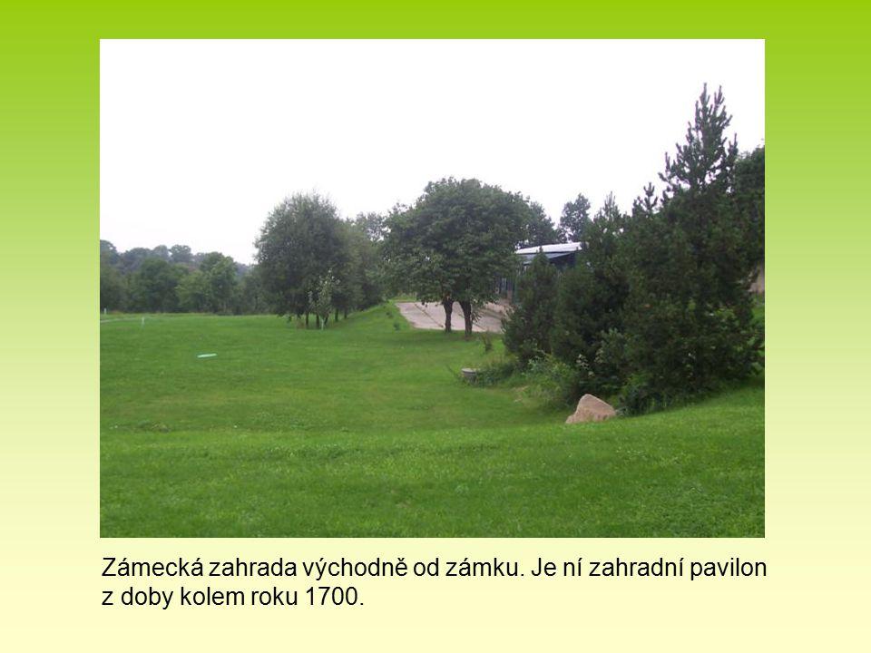 Zámecká zahrada východně od zámku. Je ní zahradní pavilon z doby kolem roku 1700.