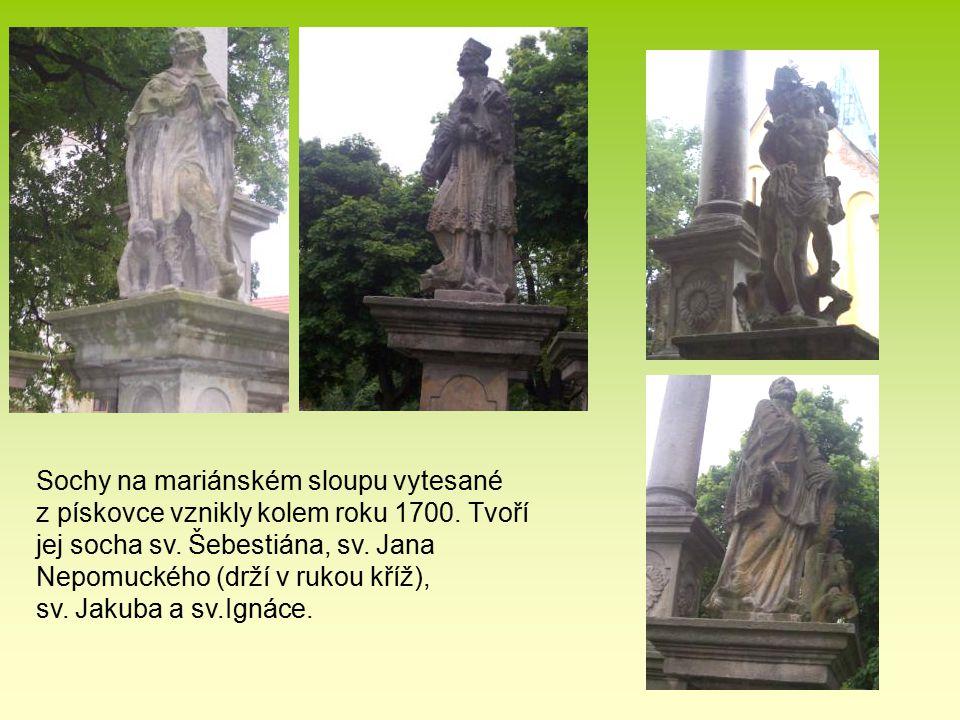 Sochy na mariánském sloupu vytesané z pískovce vznikly kolem roku 1700. Tvoří jej socha sv. Šebestiána, sv. Jana Nepomuckého (drží v rukou kříž), sv.