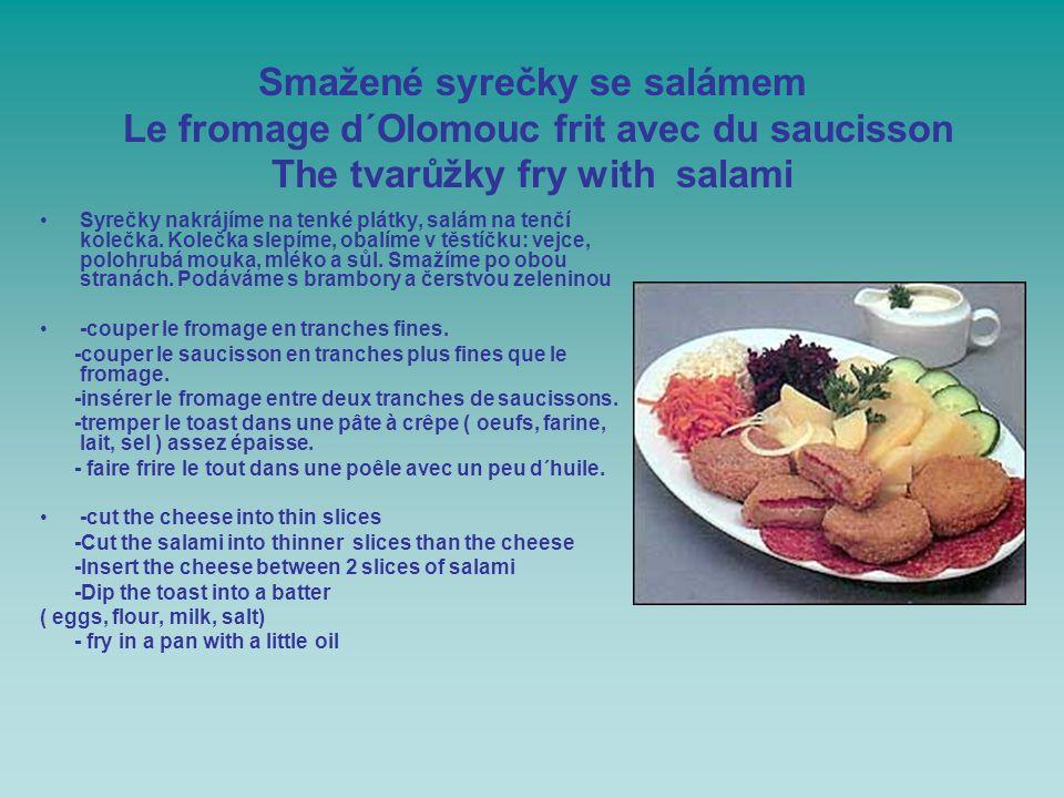 Smažené syrečky se salámem Le fromage d´Olomouc frit avec du saucisson The tvarůžky fry with salami Syrečky nakrájíme na tenké plátky, salám na tenčí