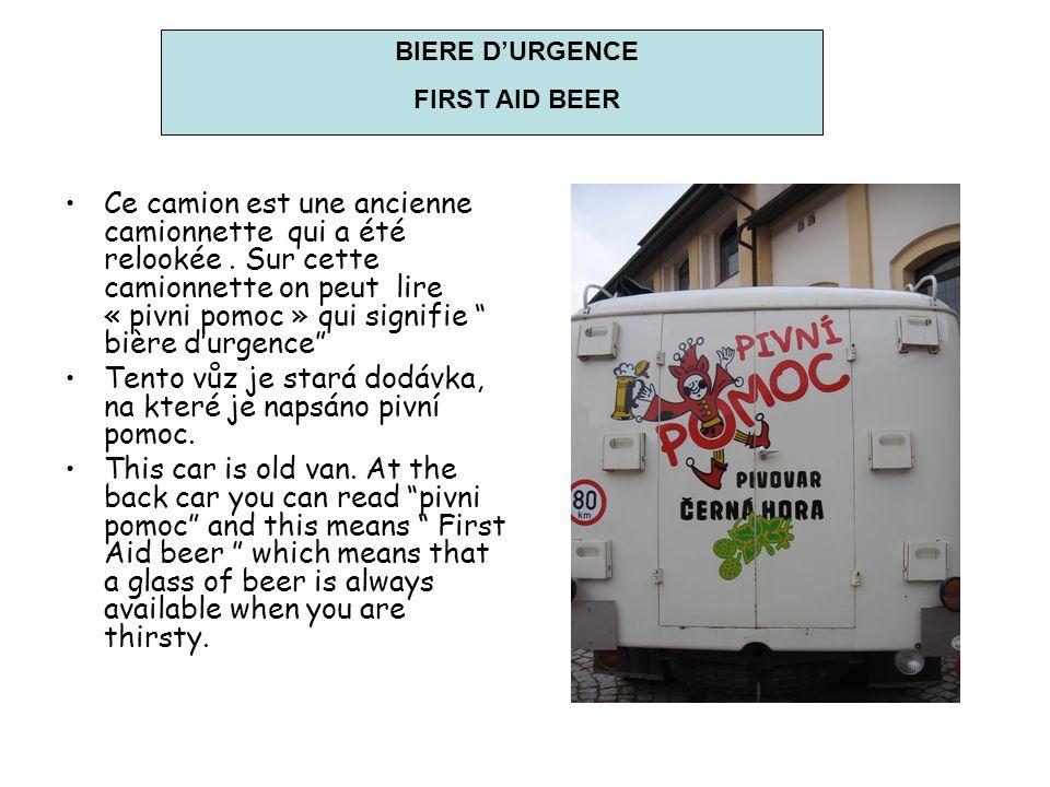 Ce camion est une ancienne camionnette qui a été relookée. Sur cette camionnette on peut lire « pivni pomoc » qui signifie bière durgence Tento vůz je