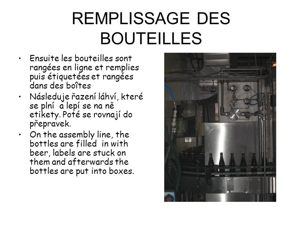 REMPLISSAGE DES BOUTEILLES Ensuite les bouteilles sont rangées en ligne et remplies puis étiquetées et rangées dans des boîtes Následuje řazení láhví, které se plní a lepí se na ně etikety.