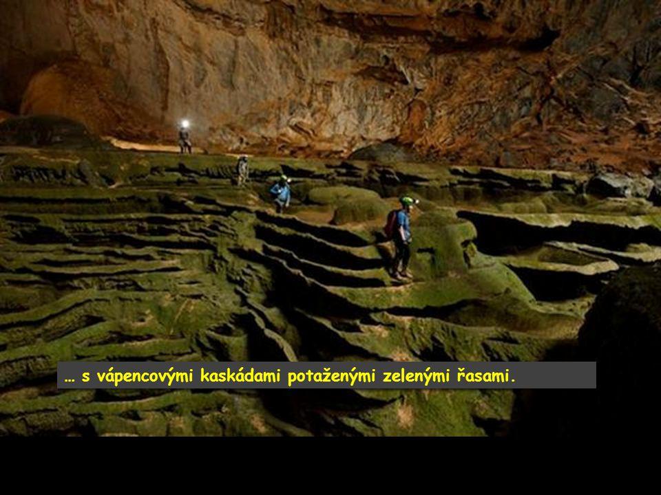 Jeskyňáři byli ohromeni vším co viděli. Zkamenělým vodopádem …
