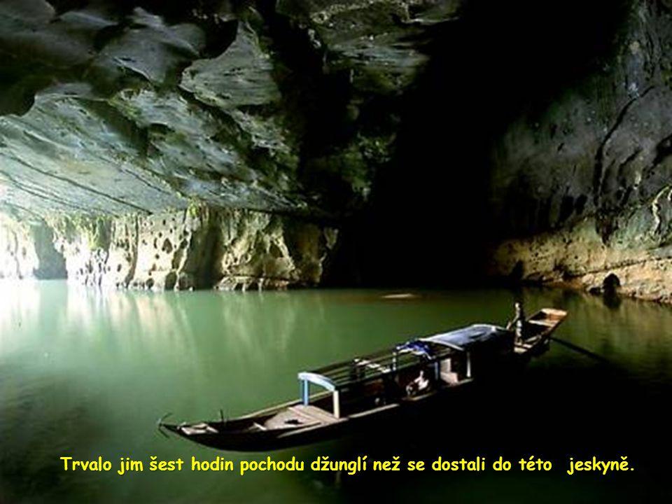 Trvalo jim šest hodin pochodu džunglí než se dostali do této jeskyně.