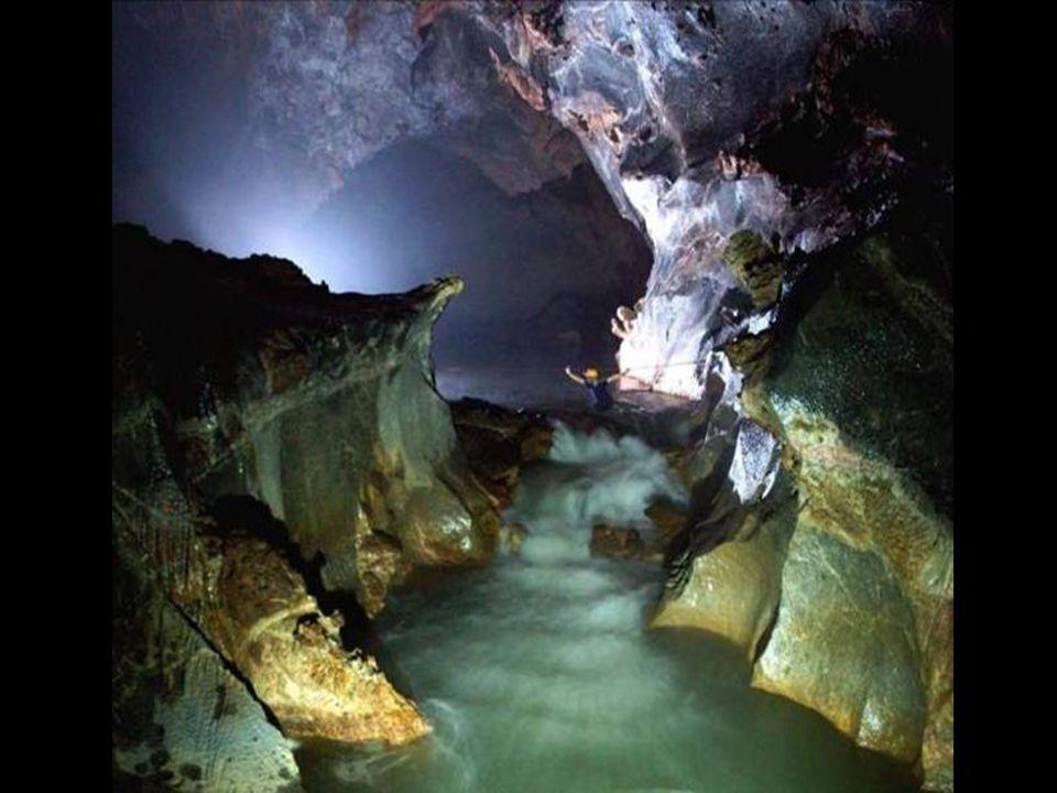 Při sestupu do velké místnosti, před dosažením hlavní průchodu museli překonat dvě podzemní řeky.