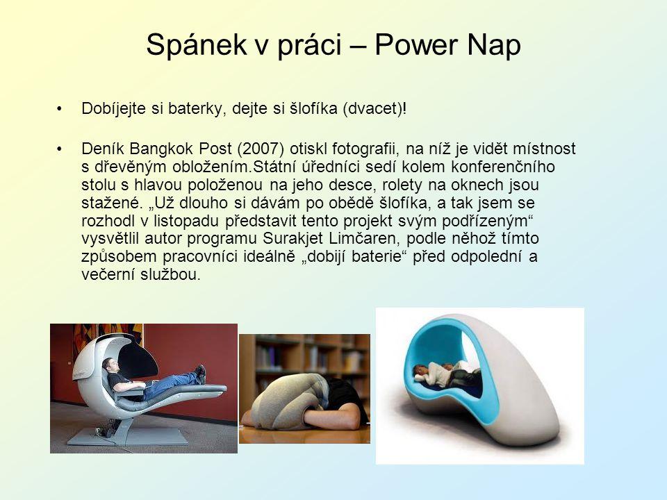 Spánek v práci – Power Nap Dobíjejte si baterky, dejte si šlofíka (dvacet)! Deník Bangkok Post (2007) otiskl fotografii, na níž je vidět místnost s dř