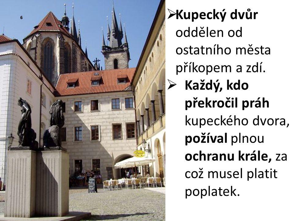  Kupecký dvůr oddělen od ostatního města příkopem a zdí.  Každý, kdo překročil práh kupeckého dvora, požíval plnou ochranu krále, za což musel plati