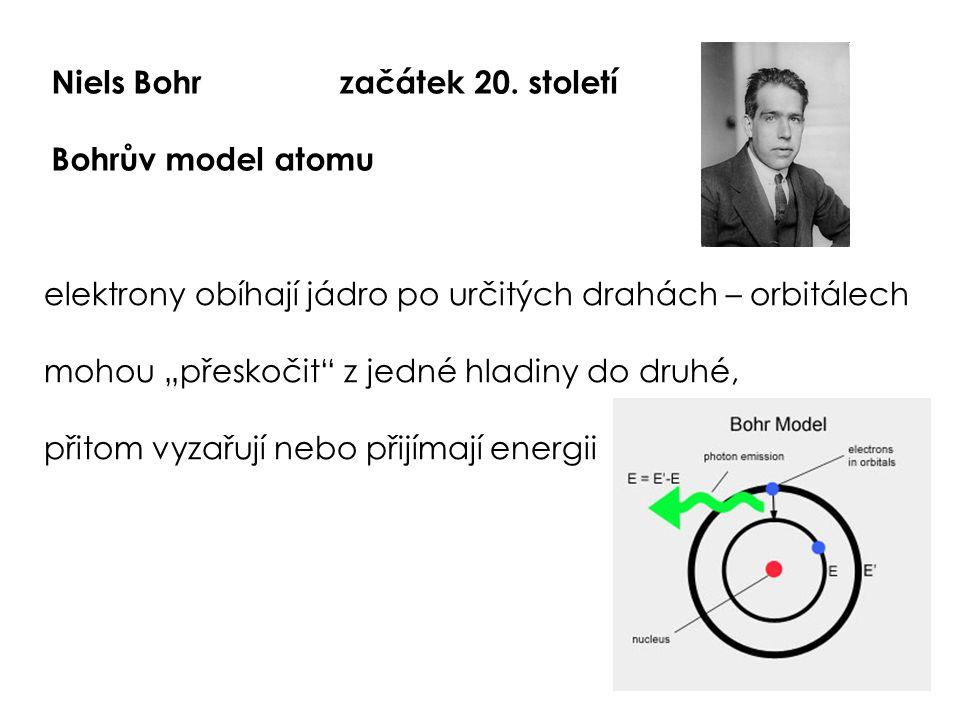 """Niels Bohrzačátek 20. století Bohrův model atomu elektrony obíhají jádro po určitých drahách – orbitálech mohou """"přeskočit"""" z jedné hladiny do druhé,"""