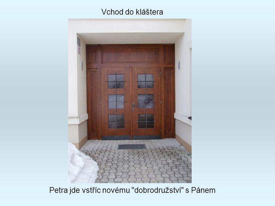 Vchod do kláštera Petra jde vstříc novému dobrodružství s Pánem