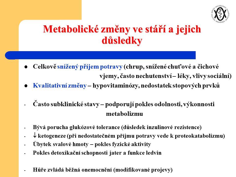 Metabolické změny ve stáří a jejich důsledky Celkově snížený příjem potravy (chrup, snížené chuťové a čichové vjemy, často nechutenství – léky, vlivy