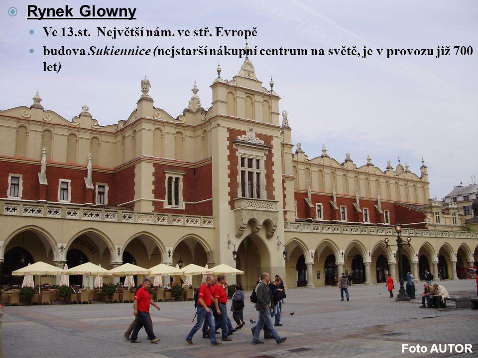  Rynek Glowny Ve 13.st. Největší nám. ve stř. Evropě budova Sukiennice (nejstarší nákupní centrum na světě, je v provozu již 700 let) Foto AUTOR