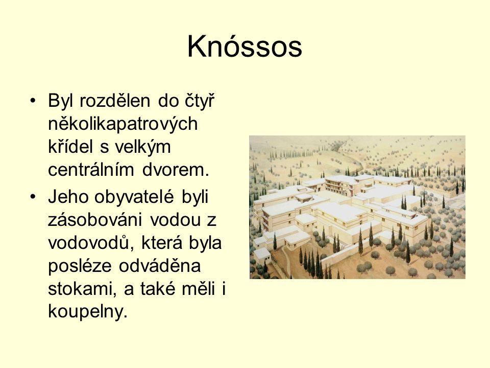 Knóssos Byl rozdělen do čtyř několikapatrových křídel s velkým centrálním dvorem. Jeho obyvatelé byli zásobováni vodou z vodovodů, která byla posléze
