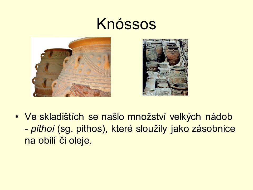 Knóssos Ve skladištích se našlo množství velkých nádob - pithoi (sg. pithos), které sloužily jako zásobnice na obilí či oleje.