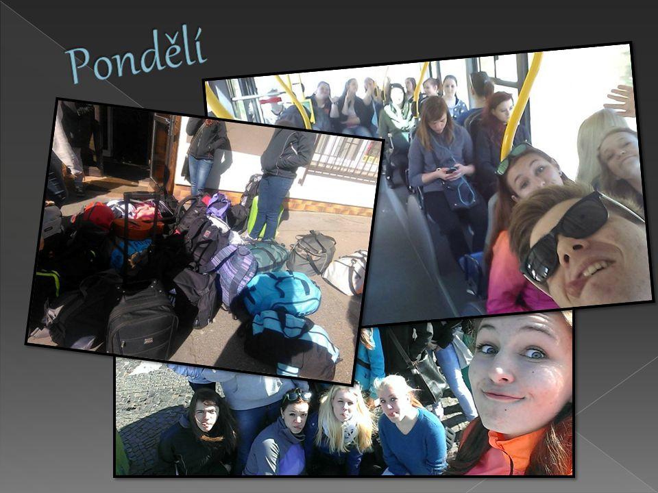 Náš výlet jsme započali okolo deváté hodiny na nádraží v Pardubicích, odkud nás trolejbus společně dovezl ke kolejím, kde jsme se ubytovali.