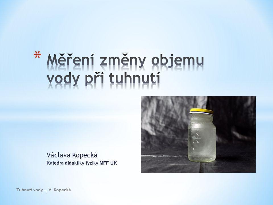 Tuhnutí vody…., Kopecká * Rozdíl objemů skleničky s ledem a bez ledu – vodní lázeň * Objem ledu nad skleničkou – vodní lázeň * Modelínová formička přebytku ledu - vylít vodou * Označit výšku ledu - led roztavit a dolít vodou * Dolít skleničku s ledem vodou a rychle vylít do odměrného válce * Rozbít skleničku a objem ledu změřit v odměrném válci
