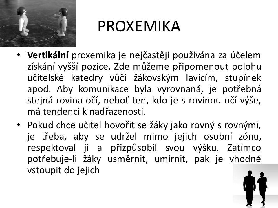 PROXEMIKA Vertikální proxemika je nejčastěji používána za účelem získání vyšší pozice. Zde můžeme připomenout polohu učitelské katedry vůči žákovským