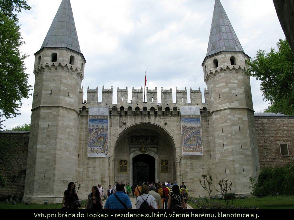 Vstupní brána do Topkapi - rezidence sultánů včetně harému, klenotnice a j.