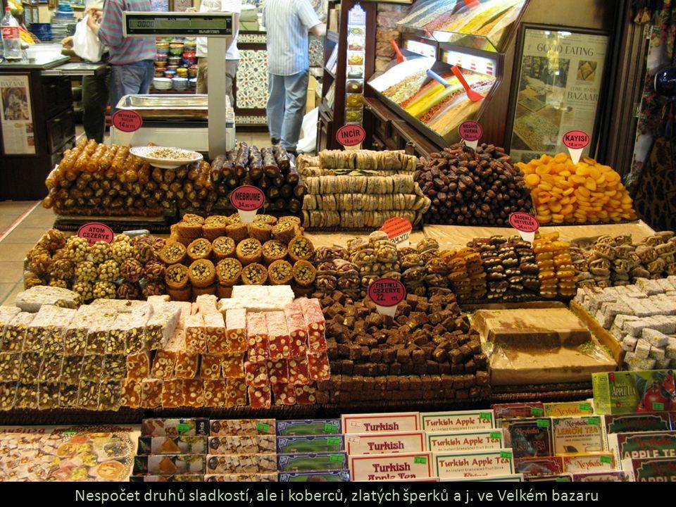 Nespočet druhů sladkostí, ale i koberců, zlatých šperků a j. ve Velkém bazaru