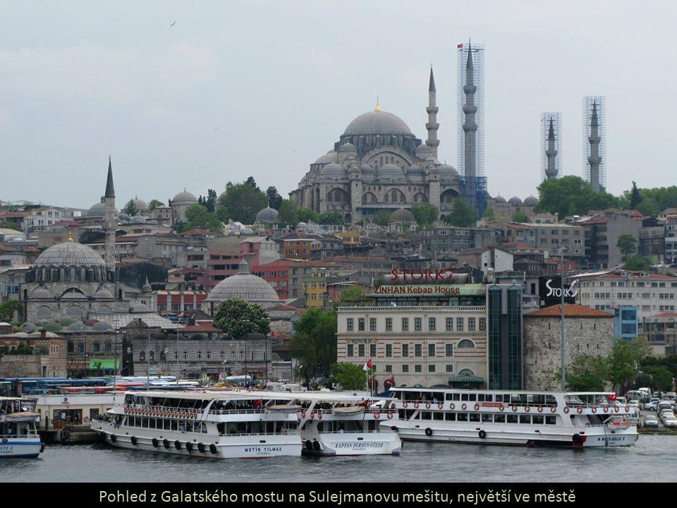 Pohled z Galatského mostu na Sulejmanovu mešitu, největší ve městě