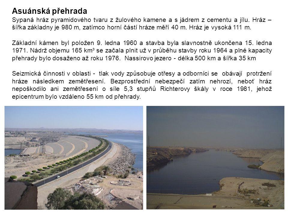 Asuánská přehrada Sypaná hráz pyramidového tvaru z žulového kamene a s jádrem z cementu a jílu. Hráz – šířka základny je 980 m, zatímco horní částí hr