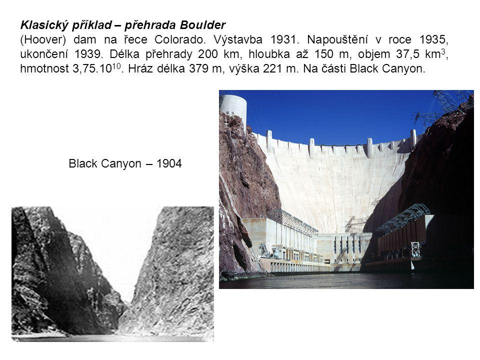 Klasický příklad – přehrada Boulder (Hoover) dam na řece Colorado. Výstavba 1931. Napouštění v roce 1935, ukončení 1939. Délka přehrady 200 km, hloubk
