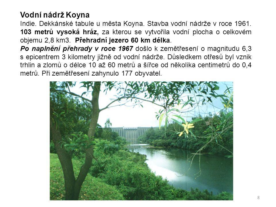 8 Vodní nádrž Koyna Indie. Dekkánské tabule u města Koyna. Stavba vodní nádrže v roce 1961. 103 metrů vysoká hráz, za kterou se vytvořila vodní plocha