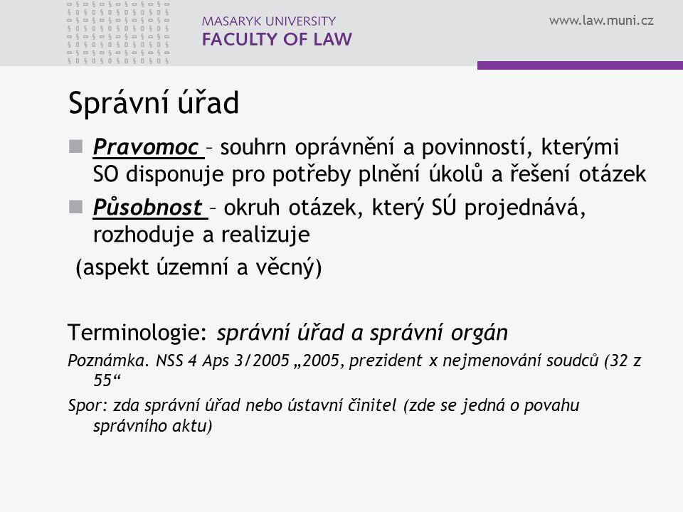 www.law.muni.cz Správní úřad Úřední osoby – tvoří personální základ SÚ -jednají jménem správního orgánu a vystupují jako jejich představitelé -Pouze u orgánů úředního typu -vykonávají úřední činnost profesionálně jako služební povinnost -Mohou svými pokyny zavazovat pracovníky ve vztahu podřízenosti