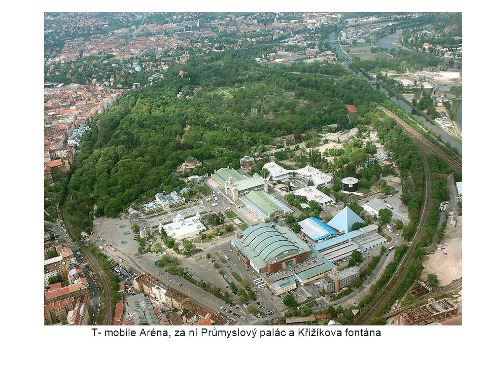 T- mobile Aréna, za ní Průmyslový palác a Křižíkova fontána