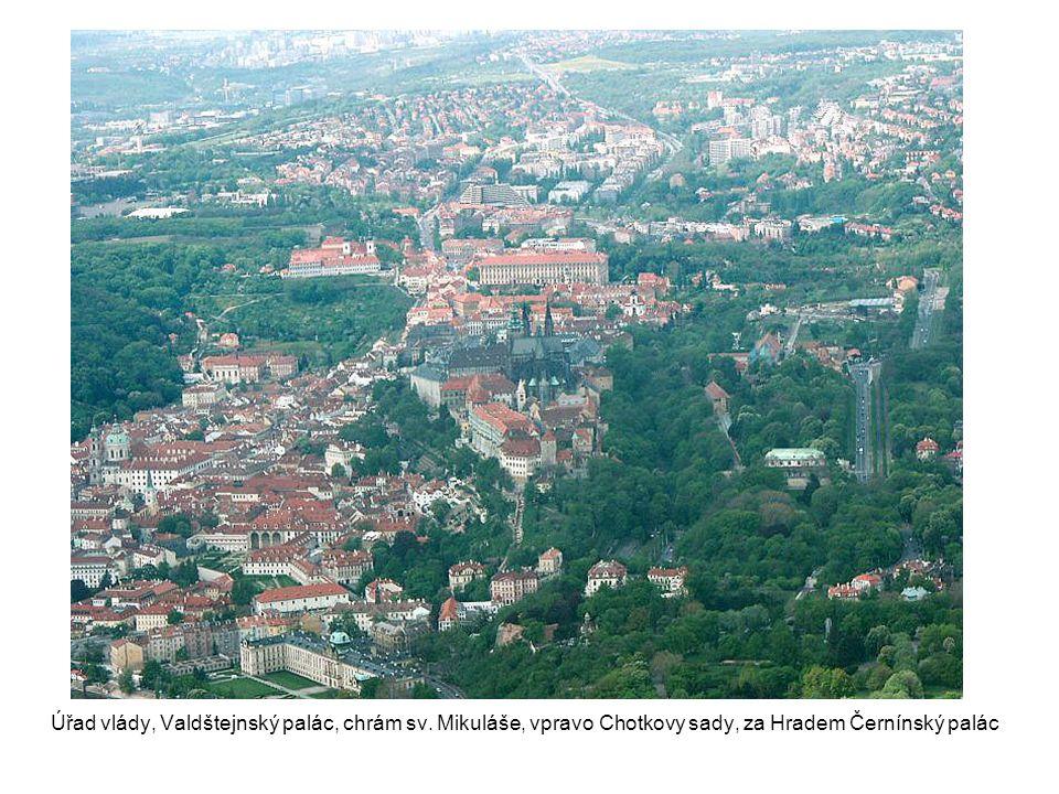 Úřad vlády, Valdštejnský palác, chrám sv. Mikuláše, vpravo Chotkovy sady, za Hradem Černínský palác