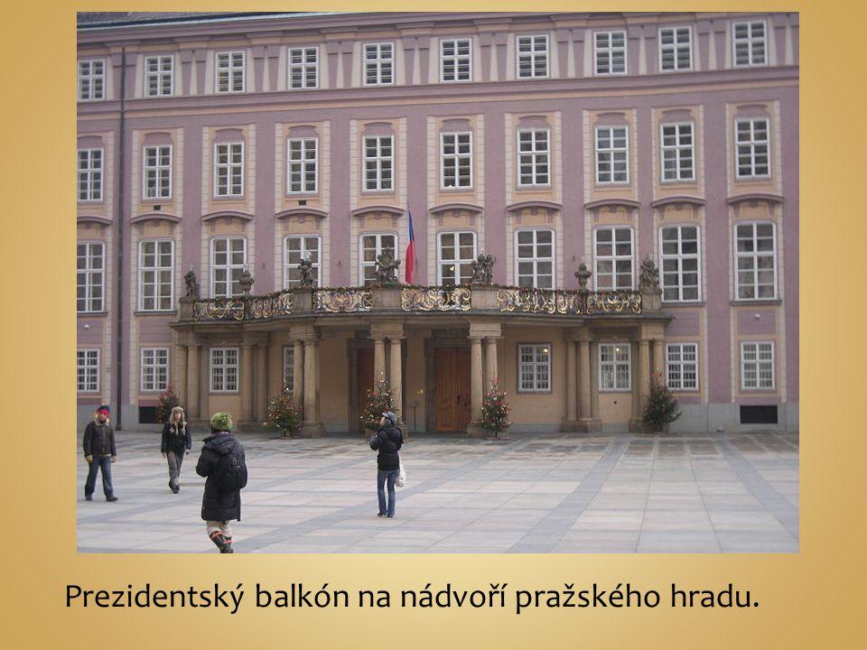Prezidentský balkón na nádvoří pražského hradu.