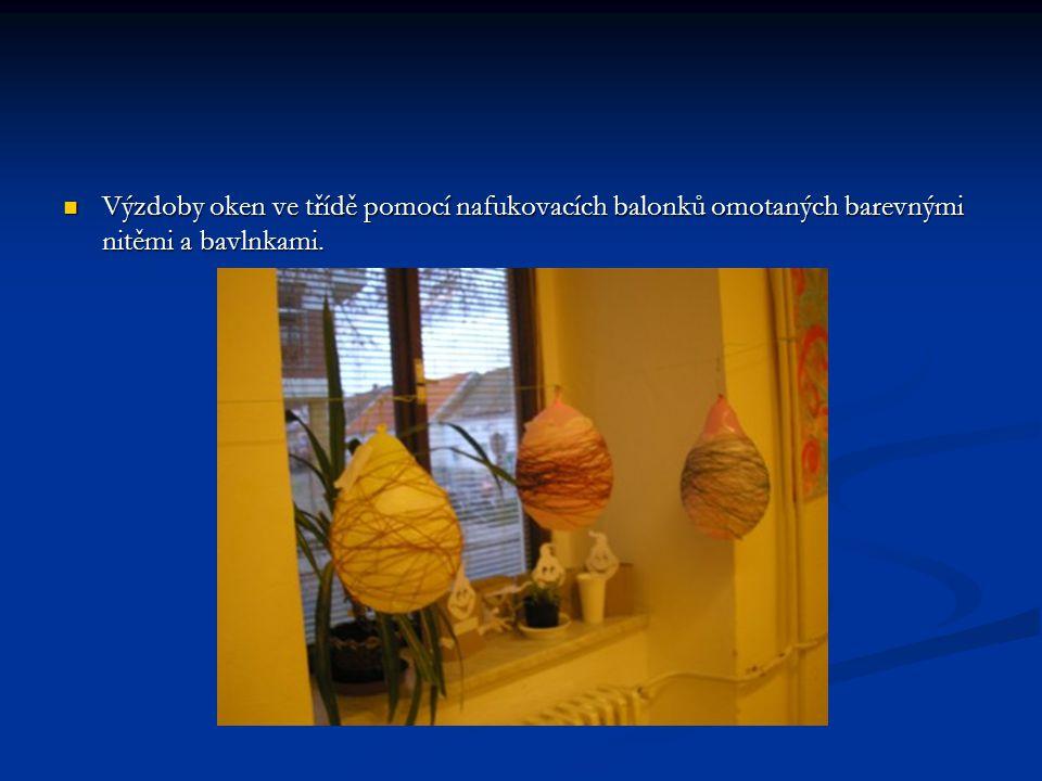 Výzdoby oken ve třídě pomocí nafukovacích balonků omotaných barevnými nitěmi a bavlnkami. Výzdoby oken ve třídě pomocí nafukovacích balonků omotaných
