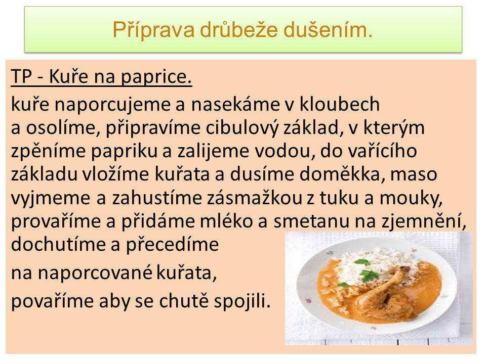 Příprava drůbeže dušením. TP - Kuře na paprice. kuře naporcujeme a nasekáme v kloubech a osolíme, připravíme cibulový základ, v kterým zpěníme papriku
