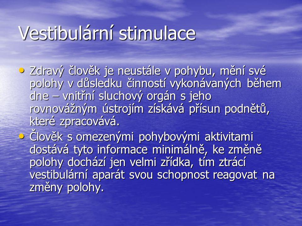 Vestibulární stimulace Zdravý člověk je neustále v pohybu, mění své polohy v důsledku činností vykonávaných během dne – vnitřní sluchový orgán s jeho rovnovážným ústrojím získává přísun podnětů, které zpracovává.