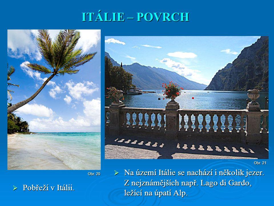  Na území Itálie se nachází i několik jezer. Z nejznámějších např. Lago di Gardo, ležící na úpatí Alp. ITÁLIE – POVRCH Obr. 21  Pobřeží v Itálii. Ob
