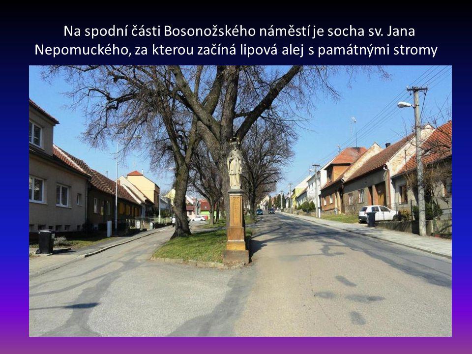 Budova obecního úřadu městské části Brno Bosonohy, na které je umístěna pamětní deska T.G. Masaryka. Vlevo je ulice Pražská, vpravo začátek ulice Boso