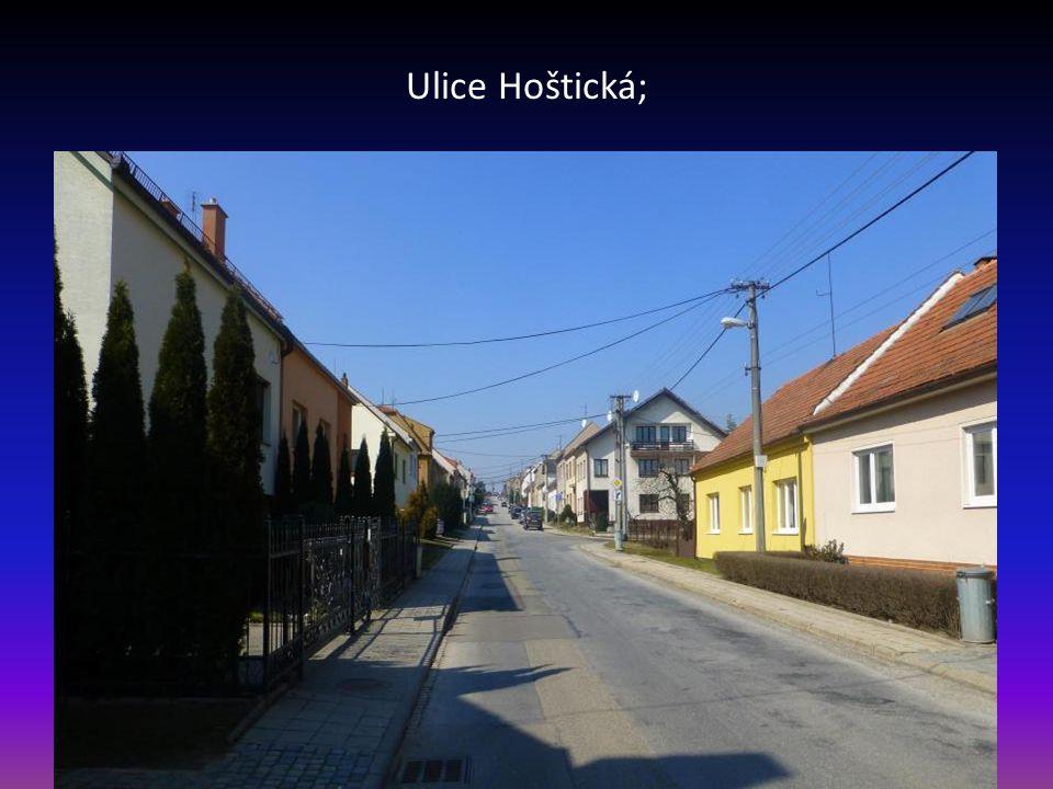 Silnice U Smyčky, v pozadí domy začínající ul. Práčata, horní část domy ul. Padělíky