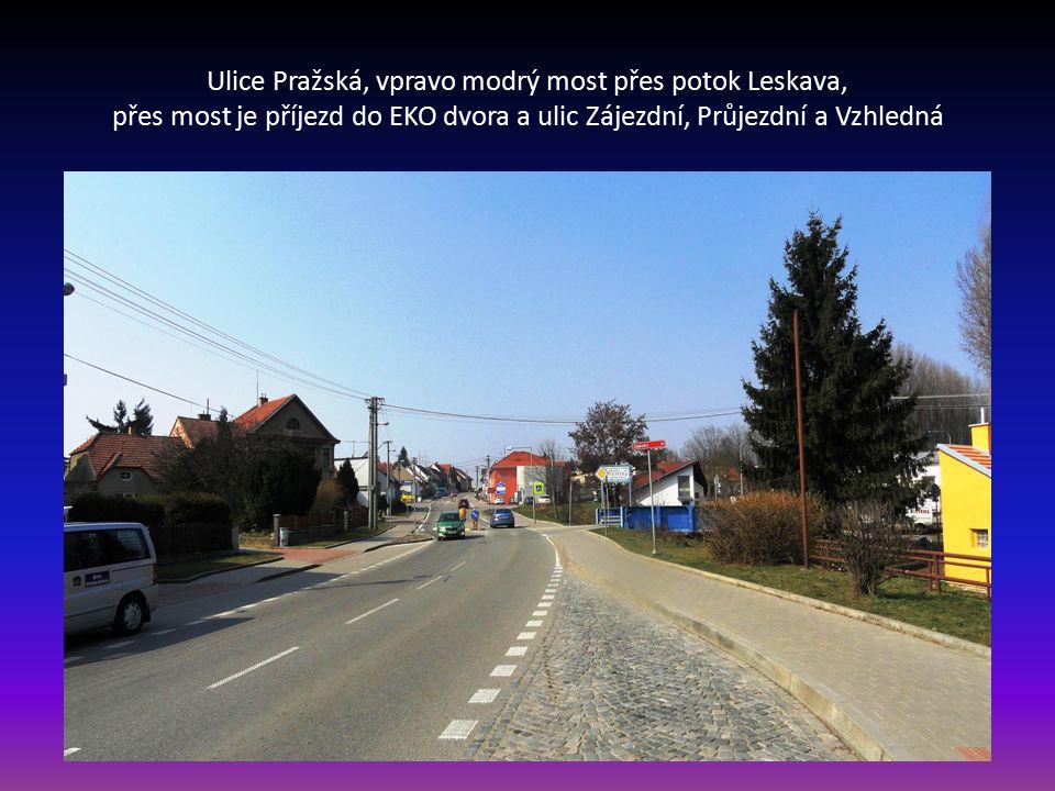 Ulice Pražská, při pravé straně čekárna se zastávkou pro dálkové autobusy a dále modrý kovový most vede přes potok Leskava do EKO dvora