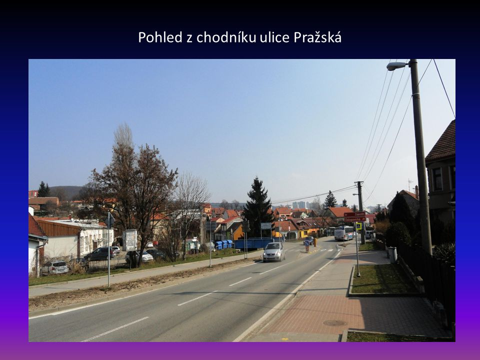 Ulice Pražská, vpravo modrý most přes potok Leskava, přes most je příjezd do EKO dvora a ulic Zájezdní, Průjezdní a Vzhledná