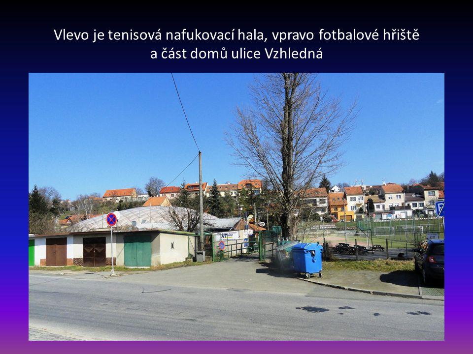 Pohled od silnice Pražská na ulici Hoštická, vpravo domy v ulici Vzhledná