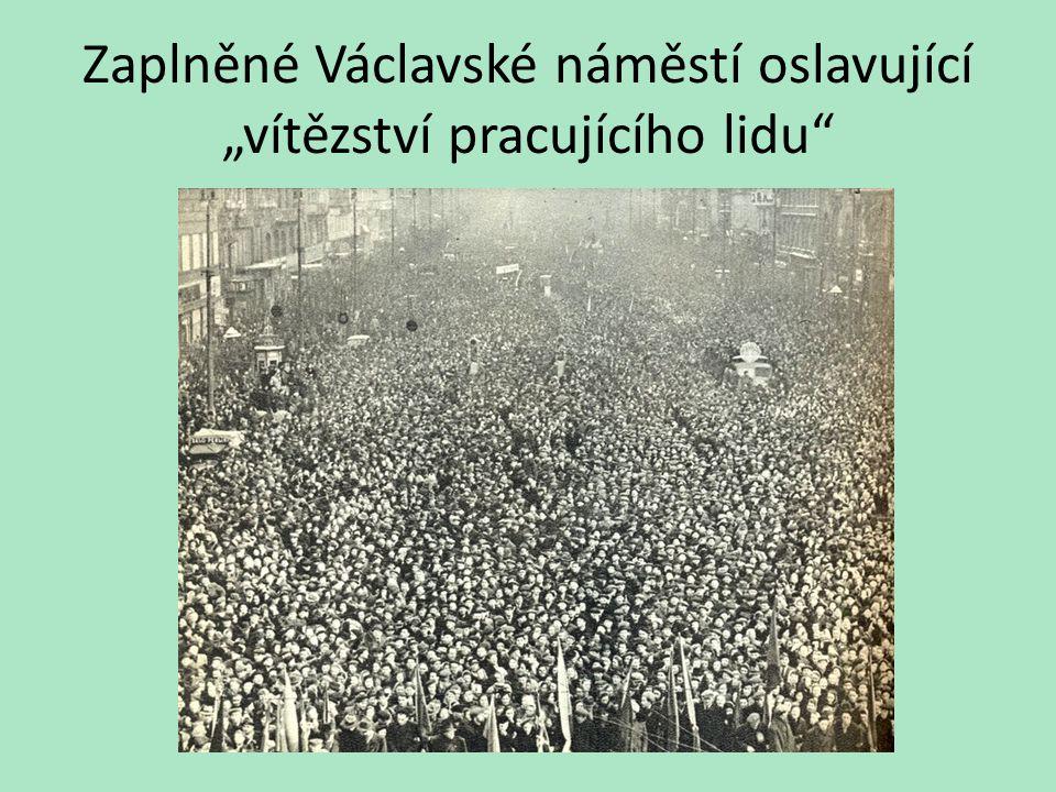"""Zaplněné Václavské náměstí oslavující """"vítězství pracujícího lidu"""""""