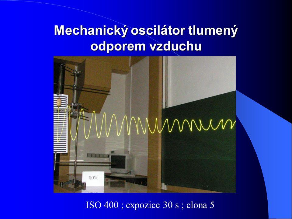 Mechanický oscilátor tlumený odporem vzduchu ISO 400 ; expozice 30 s ; clona 5