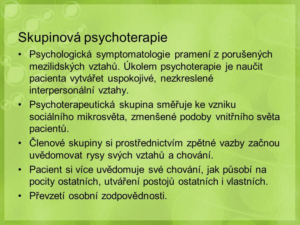 Skupinová psychoterapie Psychologická symptomatologie pramení z porušených mezilidských vztahů. Úkolem psychoterapie je naučit pacienta vytvářet uspok
