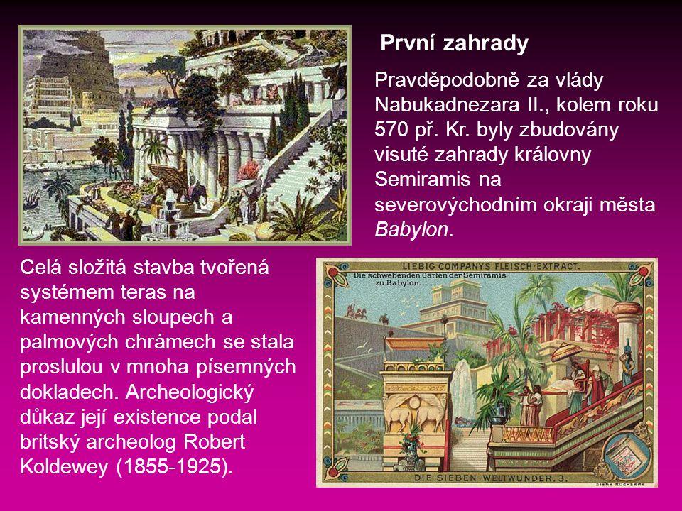 Celá složitá stavba tvořená systémem teras na kamenných sloupech a palmových chrámech se stala proslulou v mnoha písemných dokladech.