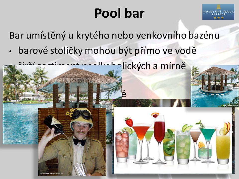 Pool bar Bar umístěný u krytého nebo venkovního bazénu barové stoličky mohou být přímo ve vodě širší sortiment nealkoholických a mírně alkoholických nápojů barmani oblečeni stylově
