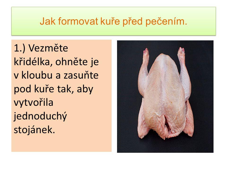 Jak formovat kuře před pečením. 1.) Vezměte křidélka, ohněte je v kloubu a zasuňte pod kuře tak, aby vytvořila jednoduchý stojánek.