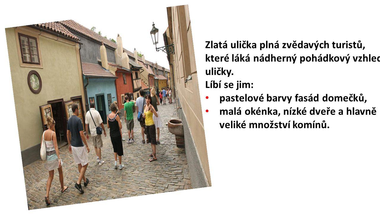 Zlatá ulička plná zvědavých turistů, které láká nádherný pohádkový vzhled uličky. Líbí se jim: pastelové barvy fasád domečků, malá okénka, nízké dveře