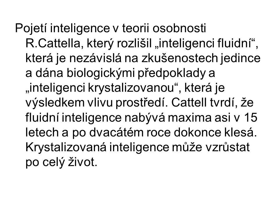 """Pojetí inteligence v teorii osobnosti R.Cattella, který rozlišil """"inteligenci fluidní , která je nezávislá na zkušenostech jedince a dána biologickými předpoklady a """"inteligenci krystalizovanou , která je výsledkem vlivu prostředí."""