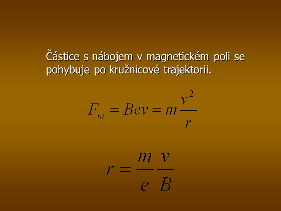 Částice s nábojem v magnetickém poli se pohybuje po kružnicové trajektorii.