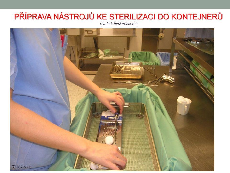 PŘÍPRAVA NÁSTROJŮ KE STERILIZACI DO KONTEJNERŮ (sada k hysteroskopii) ©Hůsková