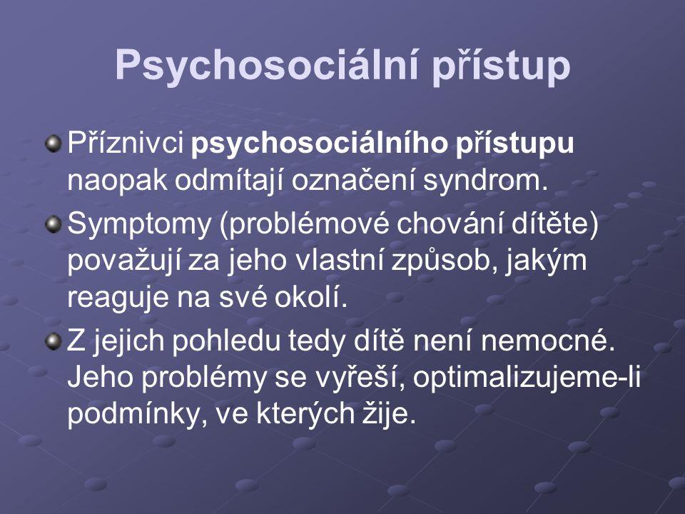 Psychosociální přístup Příznivci psychosociálního přístupu naopak odmítají označení syndrom. Symptomy (problémové chování dítěte) považují za jeho vla